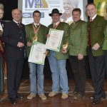 Die mit der 'Goldenen Birne' ausgezeichneten Mitglieder der Obst Most Gemeinschaft: Reiner Pichler und Karl Posch, sowie Bgm. Engelbert Pichler von Grimmenstein.