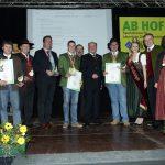 Rainer Pichler (links neben LH Pröll) mit der 'Goldenen Birne' für Boskoop-Apfelmost reinsortig und Karl Posch (rechts) mit der 'Goldenen Birne' für den 'Goldenen Apfeltraum', in der Kategorie 'Apfelmost mit Restzucker gemischt'