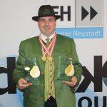 """Karl Posch mit seinen """"Goldenen Birnen""""..."""