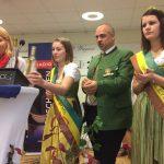 OMG-Obmann Karl Posch mit seinen beiden Prinzessinnen beim Interview